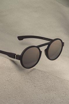 https://mykitamedia.com/media/image/2018/01/ri-s1/huge/1x/mykita-mylon-sunglasses-thunder-2018-01.jpg