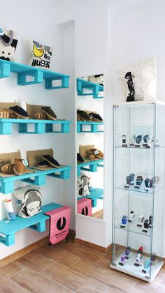 Detalle estanterias hechas con palets.