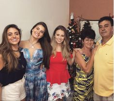 Camila com as irmãs, Caroline e Melina, a mãe, Eliane, e o pai, Sérgio (Foto: Reprodução Instagram)