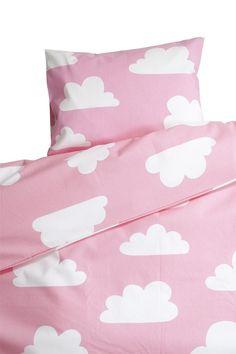 Vauvan pussilakanasetti Vauvan lakanat, Färg & Form, Moln, Pinkki. Tilaa suloiset pinkit pilvilakanat vauvalle pinnasänkyyn helposti verkkokaupastamme www.vauvapesa.fi!
