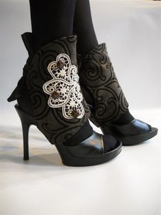 wrapss....this is my next project: give a little TCL to these old shoes, dress them up with a style I create!