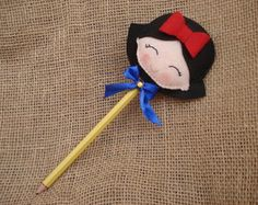 Lápis Branca de Neve                                                                                                                                                      Mais Felt Diy, Felt Crafts, Diy And Crafts, Crafts For Kids, Felt Fabric, Fabric Art, Pen Toppers, Snow White Birthday, Disney Princess Party