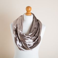 Our Hug has a bit of history to it; it is oursecond oldest product after the gloves andthis is the first ever velvetversion. It is an infinity scarf with se