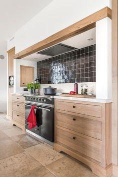 Realisaties - Eiken Project Updated Kitchen, New Kitchen, Kitchen Dining, Home Decor Kitchen, Kitchen Interior, Home Kitchens, Kitchen Shelves, Kitchen Cabinets, Kitchen Hoods