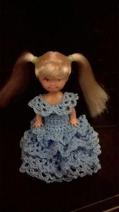 vestido de 8 cm com babadinhos, Veste bonequinha Kelly, Não acompanha a boneca