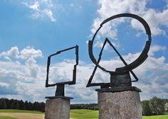 """Die 2005 geschmiedete Skulptur """"Quadrat-Dreieck-Kreisfigur"""" wurde nach Hause geholt. Sie war einige Jahre auf dem Gelände des Märkischen Golfclubs ausgestellt. Jetzt steht sie im Barockgarten auf der Domäne Dahlem. Die Skulptur zeigt viele verschiedene Schmiedetechniken und kann auch erworben werden."""