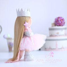 """Угадаете ли вы эту сказку? """"Жил-был принц он хотел взять себе в жены принцессу да только настоящую принцессу. Вот он и объехал весь свет искал такую да повсюду было что-то не то; принцесс было полно а вот настоящие ли они этого он никак не мог распознать до конца всегда с ними было что-то не в порядке. Вот и воротился он домой и очень горевал: уж так ему хотелось настоящую принцессу. Как-то ввечеру разыгралась страшная буря; сверкала молния гремел гром дождь лил как из ведра ужас что такое…"""