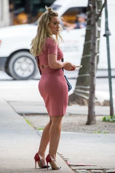 #HilaryDuff, #NYC, #SuttonFoster Hilary Duff and Sutton Foster on the Set of 'Younger' in NYC | Celebrity Uncensored! Read more: http://celxxx.com/2017/06/hilary-duff-and-sutton-foster-on-the-set-of-younger-in-nyc/