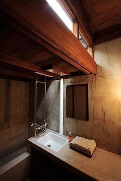 Leuk raamgebruik die van boven uitsteekt. De douche en het bad lopen door. Natuurlijke kleuren. Wel een kleine ruimte maar goed benut.