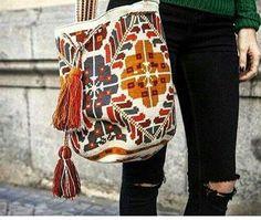 Pídela decorada o sin decorar, despachos a toda la República Mexicaca #acapulco #bolsa #bolsaslindas #bolsastejidas #bolsascolombianas #bolsastejidasamano #cancun #colores #colombia #colombiamoda #fashion #guadalajara #lajaibabrava #moda #mujeres #tampico #wayuu #wayuubags #wayuumochila #wayuulifestyle Gala Gonzalez, Tapestry Bag, Tapestry Crochet, Crotchet Bags, Sophie Anderson, Ethnic Bag, Sewing Leather, Topshop, Crochet Stitches Patterns