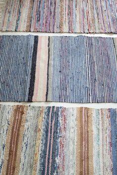 Kolme toisiinsa sävyiltään passaavaa kapeaa räsymattoa muodostavat olohuoneeseen melkein koko lattian peittävän suuren maton. Mattoja vois...