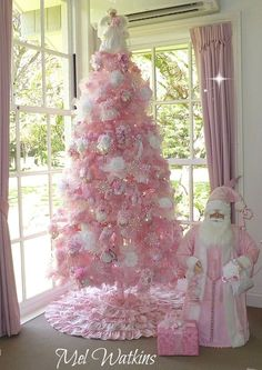 Pretty in pink 💟 Creative Christmas Trees, Pink Christmas Decorations, Beautiful Christmas Trees, Colorful Christmas Tree, Holiday Tree, Christmas Tree Skirts, Pink Decorations, Xmas Trees, Whimsical Christmas