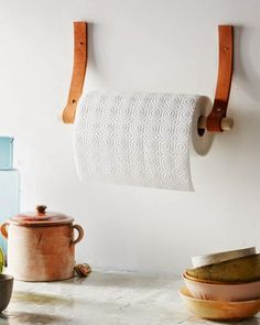 Gewusst wie: Machen Sie einen DIY Papierhandtuchhalter aus L.- How to Make a DIY Paper Towel Holder Made of Leather and Wood Cocina Diy, Papier Diy, Ideias Diy, Diy Holz, Leather Projects, Leather Crafts, Wood Projects, Diy Paper, Free Paper