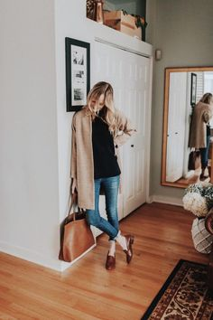 Clogs undoubtedly undoubtedly are a design traditional that in fact creates little of smart-casual fad to really whatever outfits. Mode Outfits, Fall Outfits, Fashion Outfits, Fashion Mode, Look Fashion, Petite Fashion, Curvy Fashion, Street Fashion, Fall Fashion
