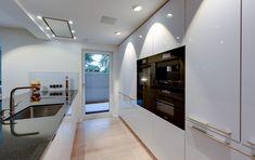 Klare Struktur Und Viel Stauraum Smart Und Unkonventionell Zeigt Sich Die  Minimalistische Küche Im Deckenhohen Wandschrankbereich