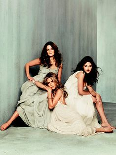 three of my favorite actresses Jennifer Aniston, Ginnifer Goodwin, Drew Barrymore Sister Poses, Friend Poses, Sibling Poses, Siblings, Photo Portrait, Portrait Poses, Family Posing, Family Portraits, Family Photos
