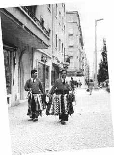 Lisboa, Venda ambulante de gravatas, Av. de Roma, 1960.  Arnaldo Madureira, in Arquivo Fotográfico da C.M.L..