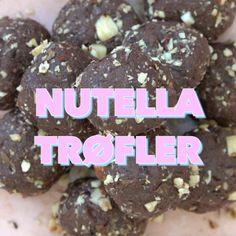 De lækre Nutella-kugler er lige til at sætte tænderne i, og det kræver ingen ovn at lave dem. Den helt perfekte snack til kaffen. Til ca. 15 små kugler Du skal bruge: 100 g. hasselnødder 2 spsk. vand 30 g. sukker 15 hele hasselnødder 150 g. Nutella 50 g. chokolade 2 spsk. fløde Sådan gør …