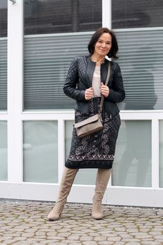 Transitional look into spring in a printed pencilskirt and suede boots with a classic black leather jacket
