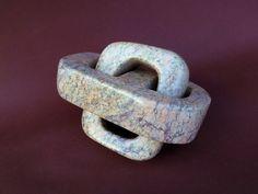 Serpentin(it): Dieser Stein ist ein naher Verwandter des Steatits und meist deutlich härter als dieser. Die schönsten Stücke für Bildhauer kommen aus Zimbabwe. Bearbeitung durch Meißeln und Raspeln…