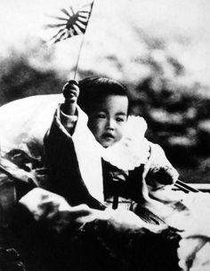 皇太子迪宮裕仁親王(みちのみやひろひとしんのう)殿下(昭和天皇)御幼少の砌 皇紀2562年 Hirohito/Emperor Shōwa of Japan as an infant waving a flag, 1902