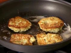 Rachael Ray's Mashed Potato Pancakes Picture of Crispy Mashed Potato Cakes Recipe Mashed Potato Patties, Mashed Potato Cakes, Leftover Mashed Potatoes, Potato Pancakes, Food Network Recipes, Cooking Recipes, Skillet Recipes, Cooking Videos, Lemon Potatoes
