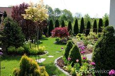 Landscaping Along Fence, Garden Landscaping, Garden Yard Ideas, Garden Paths, Beautiful Flowers Garden, Beautiful Gardens, Boxwood Garden, Formal Gardens, House Landscape