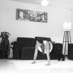 Alongamento dinâmico quando e porque usar:  Há muita divergência nos estudos sobre alongamento no início e final dos treinos.  Alguns estudos ressaltam que o alongamento passivo (com mais de 45s em cada posição) antes do treino diminui significantemente forca, potência e velocidade, por relaxar a musculatura.  Neste contexto entra em evidência o alongamento dinâmico ou alongamento em movimento, que explora a amplitude articular do segmento em deslocamentos variados, trabalhando a ativação da…