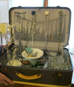 Who doesn't have one of these old suitcases packed away in the attic? Great idea- Suitcase as a jewelry display Craft Fair Displays, Market Displays, Store Displays, Display Ideas, Booth Ideas, Booth Displays, Display Case, Jewellery Storage, Jewelry Organization
