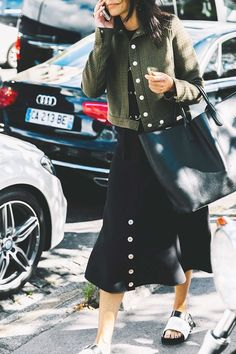 20 Outfits That Look Best With a Black Maxi Skirt Black Maxi Skirt Outfit, Long Skirt Outfits, Modest Outfits, Modest Clothing, Celine, Balenciaga, Summer Business Casual Outfits, Valentino, Estilo Denim