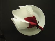 Fold a napkin in the shape of a spring bouquet, Diy Abschnitt, Paper Napkin Folding, Christmas Napkin Folding, Christmas Napkins, Origami Folding, Paper Napkins, Christmas Table Decorations, Decoration Table, Rosa Origami, Toilet Paper Origami