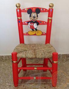 Silla Costurera Infantil. Pintada en rojo y dorado con decoración de globos y figura de Mickey Mouse. Acciartesanía.