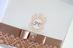 Convite de casamento delicado para noivos clássicos, com layout em arabesco, laço channel em fita de cetim com detalhe de pérola. <br> <br>::: ITENS CORTESIA ::: <br>- Todos os convites recebem de brinde as tags com nome dos convidados. <br>- Os convites vão embalados em saquinhos transparentes individuais. <br> <br>Impressão: Digital <br>Envelope em Papel Opalina 180g. <br>Convite interno em Papel Opalina Telado 180g. <br> <br>Podemos alterar as cores do texto, a cor da fita e os dizeres…