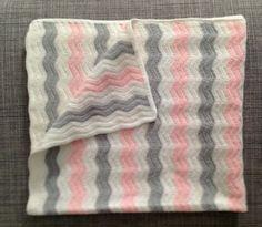 Tutorial para hacer manta para un bebé. Zig Zag Crochet, Plaid Crochet, Diy Crochet, Crochet Blanket Patterns, Baby Blanket Crochet, Beginner Crochet Tutorial, Cute Blankets, Baby Knitting, Crochet Projects