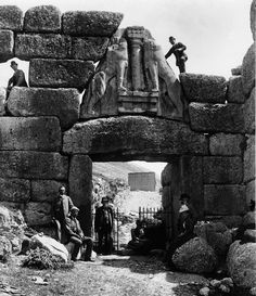 Schliemann, seated, with a group at the Lion Gate, part of the Bronze Age citadel at Mycenae in Greece. Schliemann excavated Agamemnon's ancient capital in 1876. Ο Σλήμαν, καθησμένος, με μία ομάδα...
