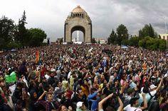 Después de reunirse en el Monumento a la Revolución, los jóvenes integrantes del movimiento #YoSoy132 caminaron hacia la sede del PRI y por la noche lo hicieron hacia Televisa Chapultepec. Foto Cristina Rodríguez / La Jornada