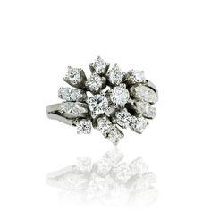 Facettenreich und faszinierend! Dieser bemerkenswerte Ring ist ein wahres Glanzstück an Ihrem Finger.Vintage First & Second Schmuck kaufen - verkaufen durch Gutachter und Sachverständigen im Auftrag von Privat. Aus Erbschaft, Nachlass und Collections-Auflösungen. Privatsammlungen und Adelsbesitz  Hier stahlen 12 Diamanten und 4 Dia...