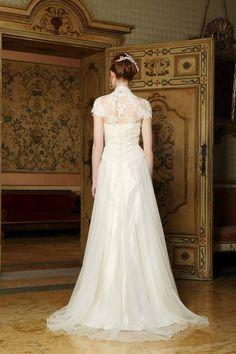 retro abito sposa, strascico lungo, trasparenze sulla schiena, parte alta