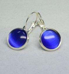 """Diese wunderschönen Ohrringe bestehen aus selbstgemachten Perlenschmuck, bei dem Brisuren mit wundervollen blauen """"Cat Eyes Cabochons"""" verarbeitet wurden."""