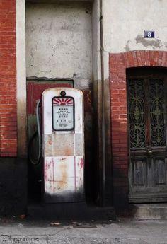 Quillan, France. Pompe à l'ancienne (© Titagramme)