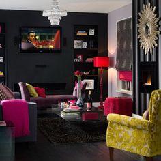 salon moderne éclectique en noir et éléments framboise et moutarde