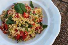 Chrumkavý kuskus šalát so zeleninou  Hodí sa ako ľahký obed, večera alebo aj do škatuľky do práce, pretože chutí výborne aj studený.