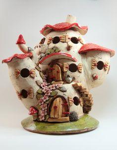 Die Wichtelvilla ist nach den individuellen Wünschen der kleinen Bewohner gefertigt und so jedes für sich ein einzigartiges Kunstwerk. Es handelt sich um echte handgefertigte Unikate. Keines der Keramik-Häuschen wird identisch angefertigt.