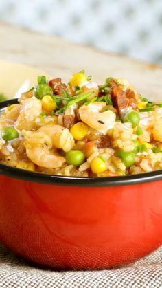 Receta con instrucciones en video: undefined Ingredientes: 1 taza de arroz (grano largo fino), 1 cebolla picada, 150 gr. de chorizo colorado picado, 2 chiles picados, 2 dientes de ajo picados, 1 tallo de apio picado, 2 hojas de laurel, 2 tazas de caldo pollo, 200 gr. de camarones limpios, 1/2 taza de arvejas, 1/2 taza de granos de choclo/maiz, 1 taza de tomate triturado, Sal