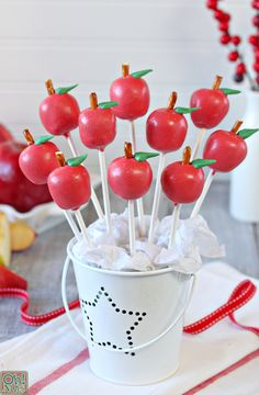 These adorable apple cake pops couldn't be easier! Learn how to make apple cake pops for fall parties, back to school, Rosh Hashanah, and more! Chocolate Wafers, Melting Chocolate, Candy Bar Pie Recipe, Ikea Pinterest, Apple Cake Pops, Canned Frosting, Vegetarian Cake, School Treats, Rosh Hashanah