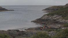Il film Drift (2013) di Mark Garry testimonia una performance svolta nell'anfiteatro naturale di Horseshoe Bay a Sherkin Island (Irlanda). Una tradizionale barca a vela irlandese viene trasformata da Garry in una scultura sonora galleggiante: un'arpa eolica in grado di suonare grazie all'azione del vento. Foto: Mark Garry, Drift, 2013. Performance e film in collaborazione con Sean Carpio. Courtesy l'artista e Kerlin Gallery, Dublin.