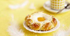 Pääsiäisen kaunein rahkapulla Finnish Recipes, Wine Recipes, Doughnut, Nom Nom, Deserts, Cupcakes, Sweets, Candy, Homemade
