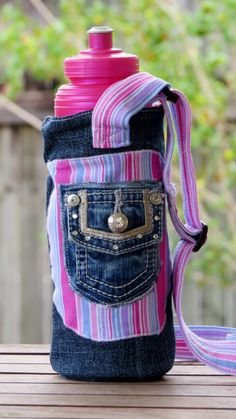 Water Bottle Carrier with adjustable strap - a simple sewing tutorial. I used… (Water Bottle Bag) Water Bottle Carrier, Water Bottle Covers, Bottle Bag, Jean Crafts, Denim Crafts, Fabric Bags, Fabric Scraps, Sewing Tutorials, Sewing Projects