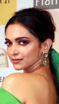 check the updated Biography of Deepika Padukone, who is the glamour queen. She entices young hearts for her beauty, latest movie of deepika Indian Bollywood Actress, Bollywood Actress Hot Photos, Beautiful Bollywood Actress, Bollywood Celebrities, Beautiful Actresses, Bollywood Makeup, Indian Actresses, Deepika Padukone Makeup, Deepika Padukone Wallpaper