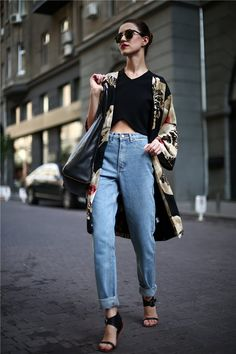 Get a pair of mom jeans to add some retro flare to your outfit. Look Fashion, Winter Fashion, Womens Fashion, Fashion Design, Fashion Trends, Jeans Boyfriend, Mom Jeans, Mode Outfits, Casual Outfits
